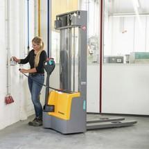 Akumulatorowe podnośnikowe wózki widłowe Jungheinrich z dyszlem, typ EJC M10 ZT. Wys. podnoszenia od 2300 do 3300 mm. Udźwig 1000 kg.