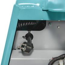 Akumulatorowy unoszący wózek widłowy Ameise z dyszlem i ręcznym unoszeniem, typ SPM 113. Udźwig 1300 kg. Długość wideł 1150 mm.