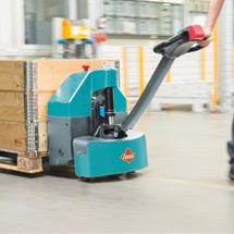 Akumulatorowy unoszący wózek widłowy Ameise® z dyszlem, typ EPM 113. Udźwig 1300 kg.
