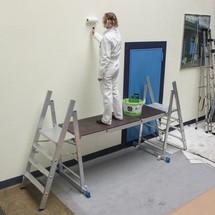 Antislipplatform voor professioneel trapje van aluminium. Mobiel.