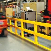 Barra transversal para barreira de proteção contra a colisão para utilização em espaços interiores