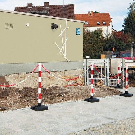 Chain posts with foldable base