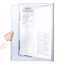 Gablota ze szklanymi drzwiami i aluminiową ramą
