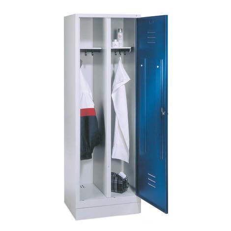 Garderobenschrank C+P Classic mit Doppelabteil, Sockel + Drehriegelverschluss, HxBxT 1.800 x 610 x 500 mm