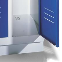 Garderobenschrank C+P mit Sockel + Drehriegelverschluss, 3 Abteile, HxBxT 1.800 x 900 x 500 mm