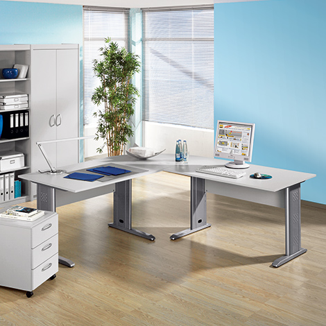 Komplettangebot: 7-teiliges Büroset Advantage. Schreibtisch mit C-Fuß
