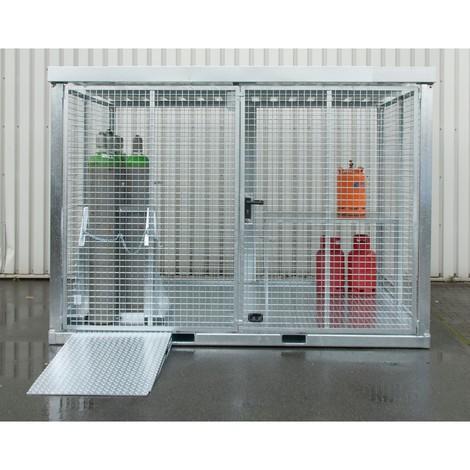 Rampa najazdowa do kontenerów na butle gazowe z kieszeniami wjazdowymi do wózków widłowych