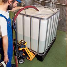 Ręczne wózki paletowe Jungheinrich AMW 22 z wagą. Podziałka 1 kg. Udźwig 2200 kg.