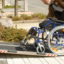 Rolstoeloprijplaat in hoogte verstelbaar. Capaciteit 300 kg, hoogte tot 15 cm
