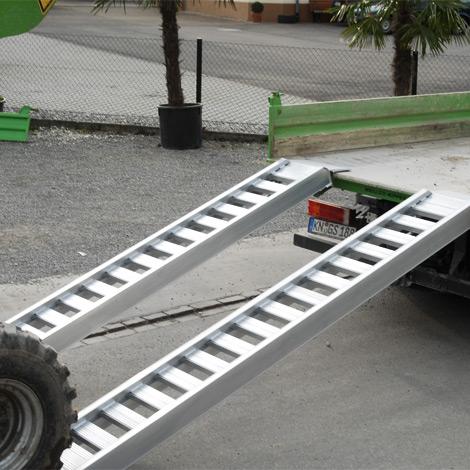 Sprossen-Verladeschienen mit Schutzrand. Tragkraft bis 6380 kg