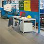 Stahlrohr-Schreibtisch mit Holzplatte, lichtgrau