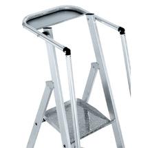 Stufen-Stehleiter ZARGES mit großer Plattform und Geländer. Einseitig besteigbar