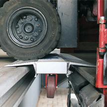 Verladebrücke mit Rad. Tragkraft 4000kg, schmale Zwischenabstände 19-46cm